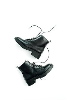 Kobieta moda mieszkanie świeckich, koncepcja widok z góry. czarne buty na białym tle