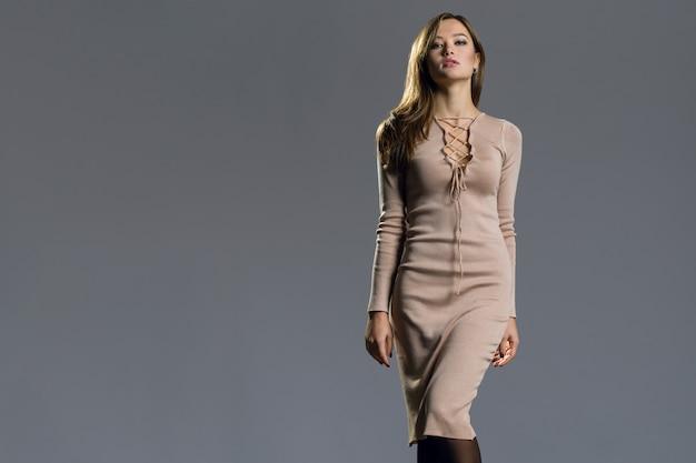 Kobieta moda model z sukienką