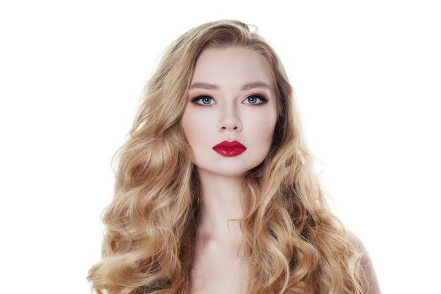 Kobieta moda na białym tle. blond włosy i makijaż