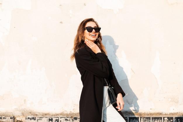 Kobieta moda w czarne ubrania wyglądają