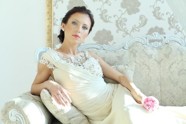 Kobieta moda w królewskim wnętrzu