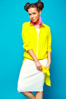 Kobieta moda w letnie ubrania hipster