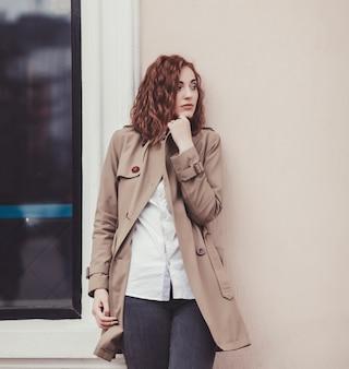 Kobieta moda w płaszcz jesień