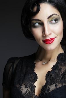 Kobieta moda z czarnymi włosami