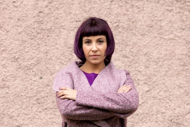 Kobieta moda z fioletowymi włosami i płaszczem