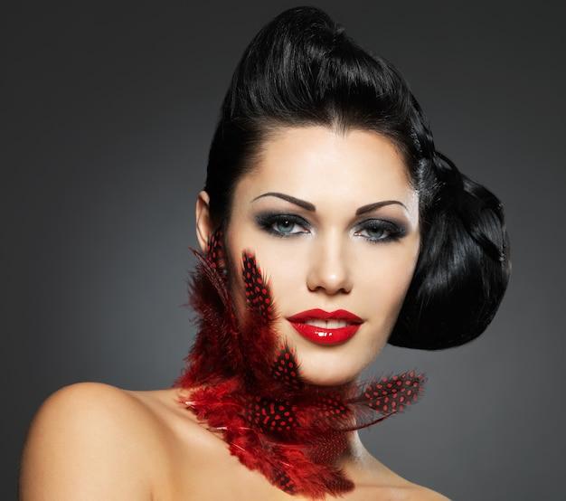 Kobieta moda z makijaż uroda fryzurę i styl
