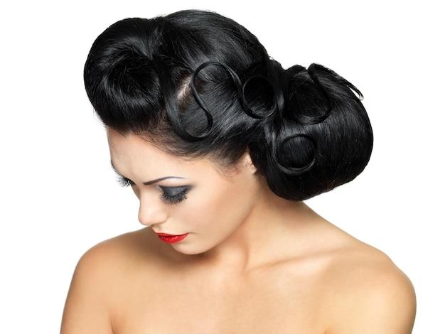Kobieta moda z piękna fryzura i czerwona szminka - na białym tle na białej ścianie
