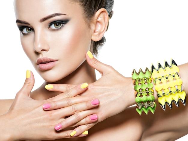 Kobieta moda z pięknymi paznokciami i biżuterią