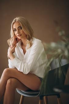 Kobieta model demonstruje tkaniny