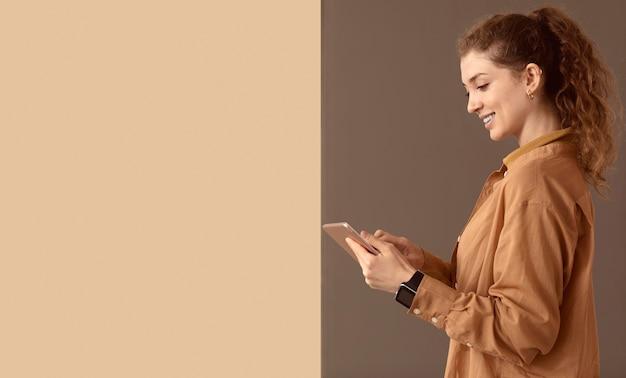 Kobieta model i urządzenie cyfrowe kopia przestrzeń
