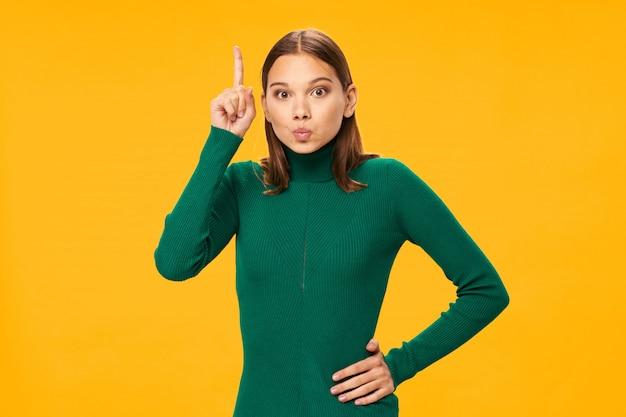 Kobieta model pozuje na kolorowych tło w kolorowych ubraniach