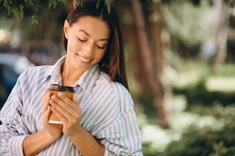 Kobieta model w mężczyzna koszula pije kawę