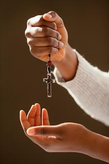 Kobieta modląca się za swoich bliskich