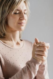 Kobieta modli się sama w domu