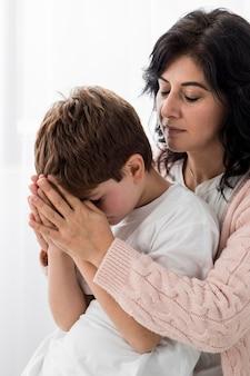 Kobieta modli się z dzieckiem