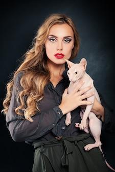 Kobieta mody z kotem