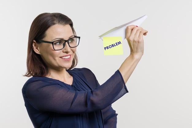 Kobieta mówi i pozwala jej na problemy z papierowym samolotem