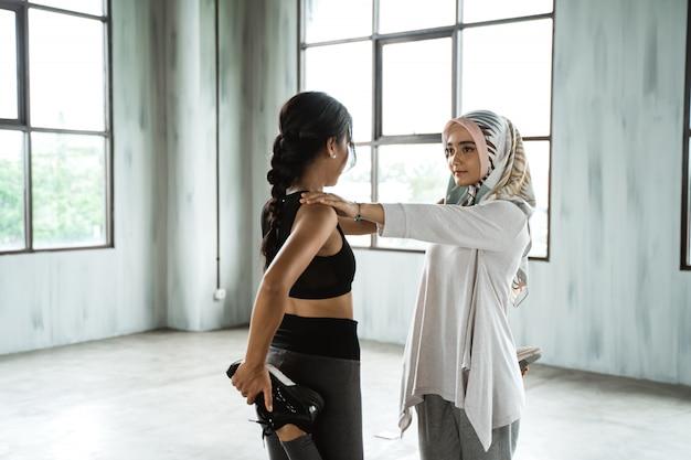 Kobieta muzułmańska rozgrzewka przed treningiem