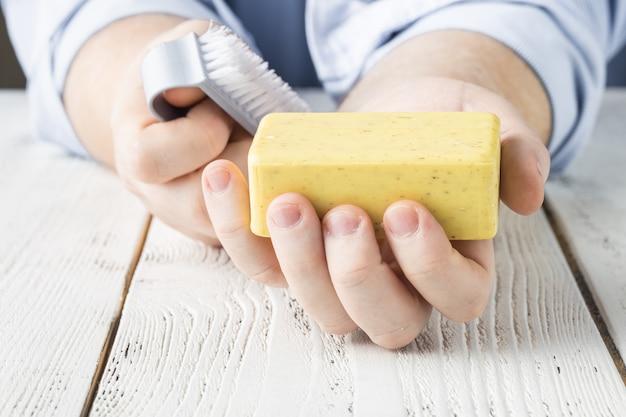 Kobieta mycie rąk mydłem i czyszczenia pędzla