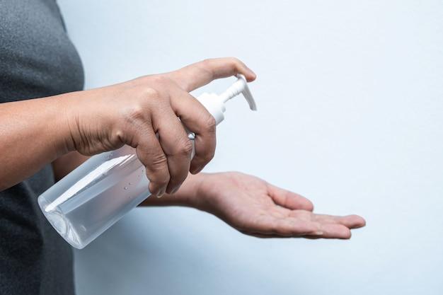 Kobieta mycie rąk żelem alkoholu
