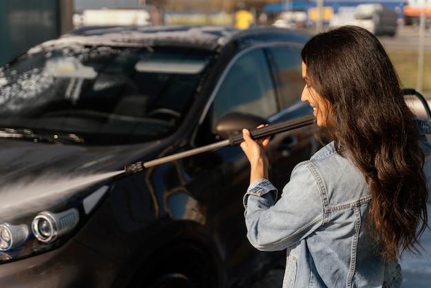 Kobieta Mycie Samochodu Na Zewnątrz Darmowe Zdjęcia