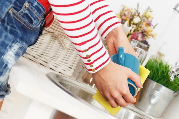 Kobieta myje filiżankę herbaty