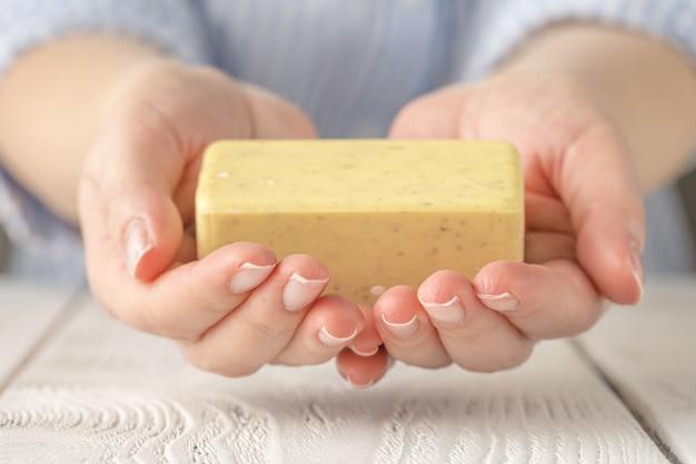 Kobieta myje jej ręki z mydlanym barem