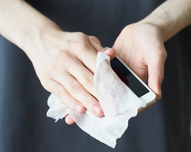 Kobieta myje żel do dezynfekcji rąk, aby zapobiec chorobie nowy koronawirus (2019-ncov) po miejscu publicznym