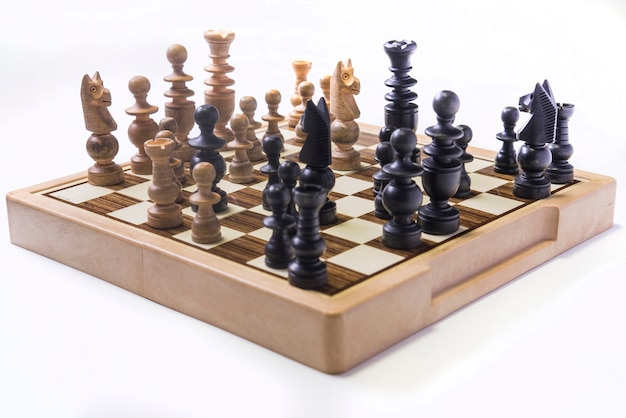 Kobieta myśli, jak grać w szachy koncepcja biznesowa strategia na wygraną
