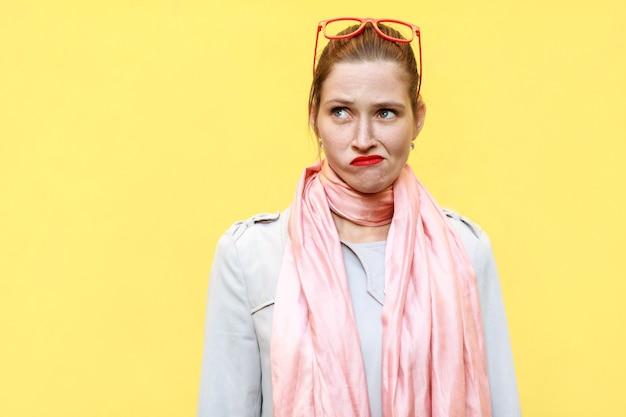 Kobieta myśli na białym tle studio strzał na żółtym tle