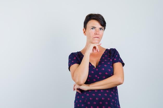 Kobieta myśli o rozwiązaniu problemu w sukience