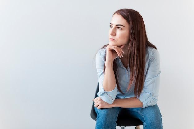 Kobieta myśli, odwracając wzrok