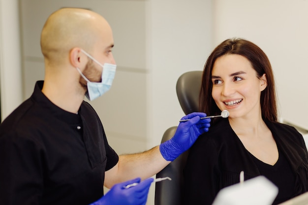 Kobieta na badaniu dentystycznym