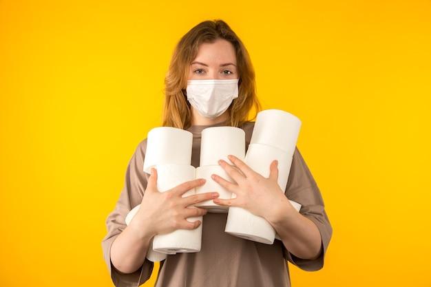 Kobieta na białym tle posiadająca dużo papieru w czasie kwarantanny.