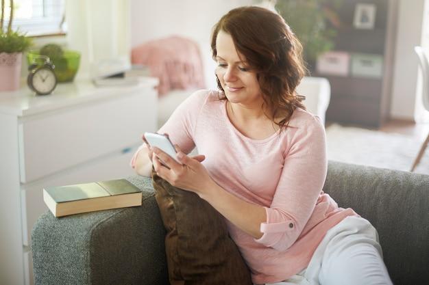 Kobieta na czacie na swoim smartfonie