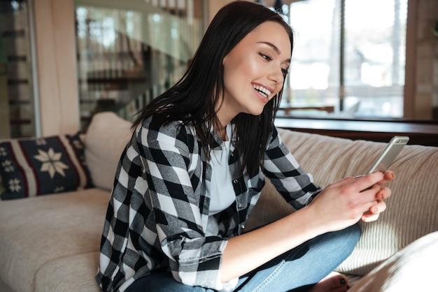 Kobieta na czacie przy użyciu telefonu komórkowego