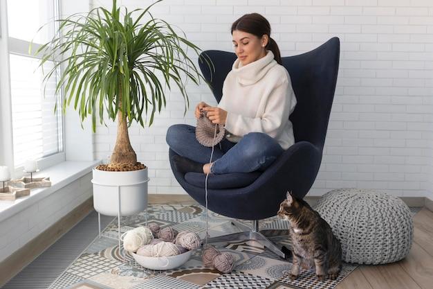 Kobieta na drutach w domu