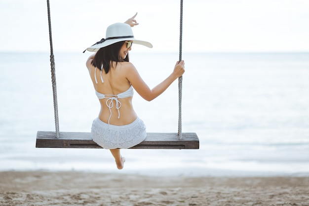 Kobieta na huśtawce w plaży