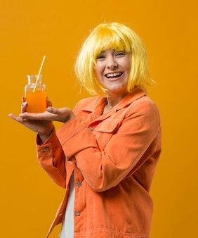 Kobieta na imprezie do picia koktajl