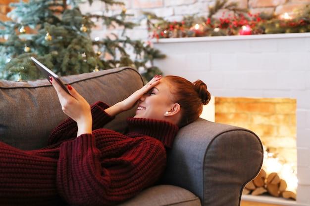 Kobieta na kanapie z tabletem