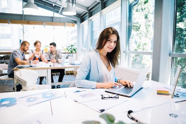 Kobieta na laptopie patrz? c na kamery