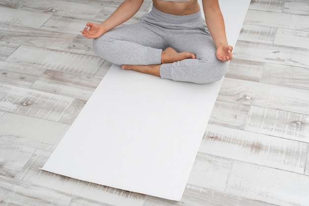 Kobieta na macie do jogi