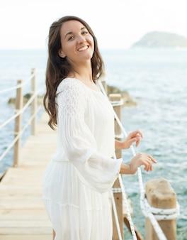 Kobieta na moście w pobliżu morza