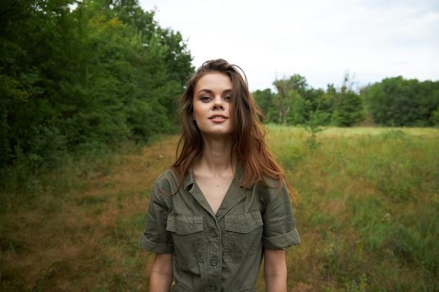 Kobieta na naturze atrakcyjny wygląd natury świeże powietrze przycięty widok spacer