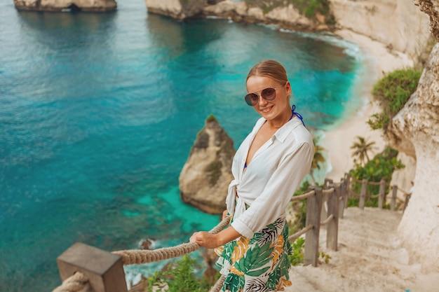 Kobieta na plaży diamond na wyspie nusa penida