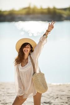 Kobieta na plaży na wakacjach