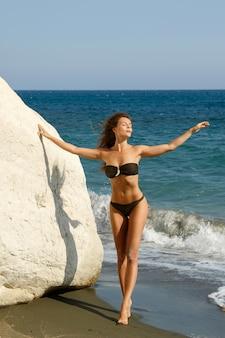 Kobieta na plaży obok białych klifów