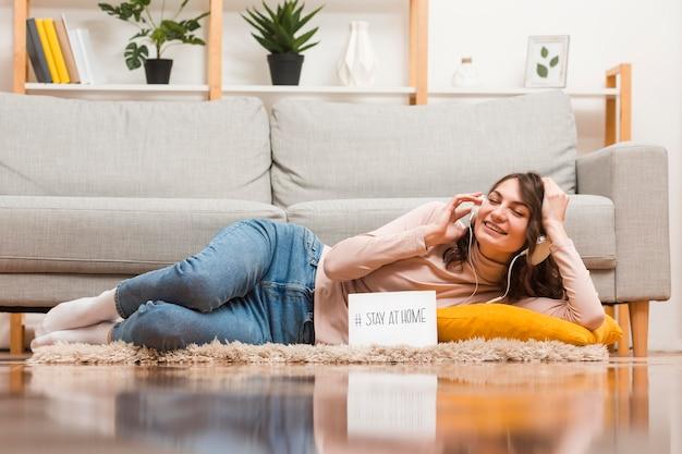 Kobieta na podłodze słuchania wiadomości