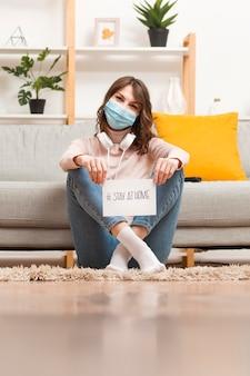 Kobieta na podłodze z wiadomości domu pobytu