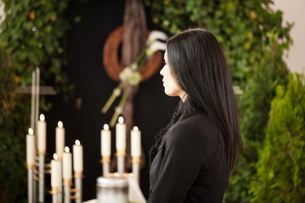 Kobieta na pogrzebie